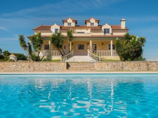 Huge, 5-bedroom villa with a swimming pool – 15 mins from the sea!