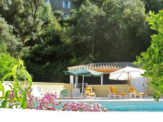 3-bedroom floor of a chateau in Cazouls-les-Beziers with swimming pool access!