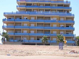 edificio enfrente mismo de la playa de arena
