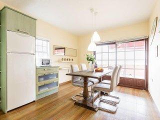 Cocina luminosa, con acceso a la terraza privada. Mesa para cuatro.