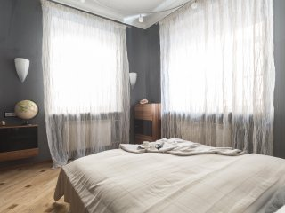 Bed-room with a king-size bed, 2 windows