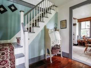 Quaint, dog-friendly home w/ porch - walk downtown, visit the best of the coast!