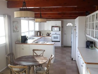 What a beautiful eat in  kitchen, fully equipped, full of light and countertops!