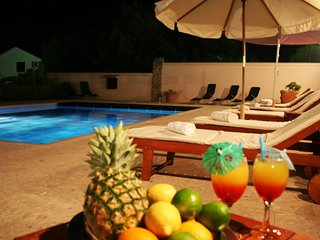 Villa Hacienda- luxury apartment for 16 people with pool, breakfast