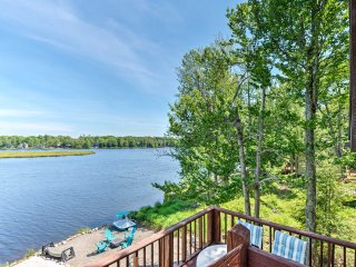 3BR Poconos Cottage Overlooking Private Lake Beach