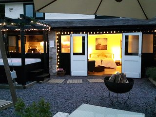 The Hideaway, self indulgent retreat with Hot Tub!