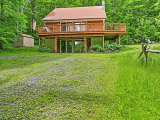NEW! Spacious 3BR Jewett Cabin w/ Wraparound Deck!