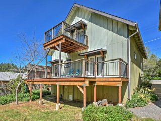 NEW! 'Birdsong' 2BR Grass Valley House w/Deck!