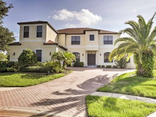 Exquisite 7BR Kissimmee House w/Wifi, Private Garden Pool + Hot Tub, Fitness Room & Custom Theater - Minutes to Disney World, Universal & SeaWorld!