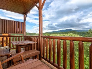 Unforgettable views in a beautiful cabin with private hot tub and shared pool!