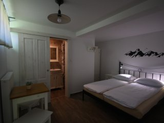 Hostel Hildegarden - Room with Queen Size Bed and Private Bathroom