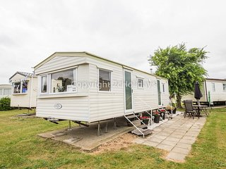 6 Berth Caravan in Cherry Tree Holiday Park, Burgh Castle Ref: 70725