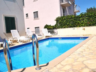Swimming Pool Apt, Great Views from Balcony, 800m to beach, Quiet Neighbourhood