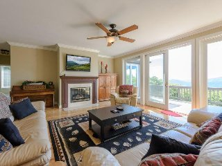 5BR atop Beech Mountain with Long Range, Panoramic Views, Hot Tub, King Suite
