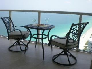 Terrace 40 floor You can see Ocean and City of Miami without obstruction. Amazing view.