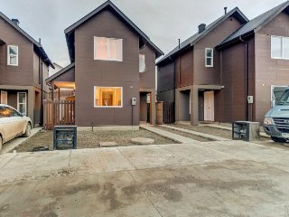Contemporary home in the heart of town. 1 mile west from coast. Walk everywhere!