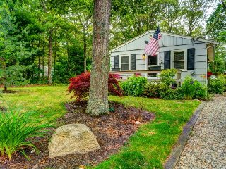 Charming dog-friendly cottage near Great Pond w/ deck & grill!