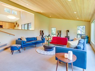 Modern, spacious home  w/ 2 gorgeous decks & shared pools/saunas - 2 dogs OK!