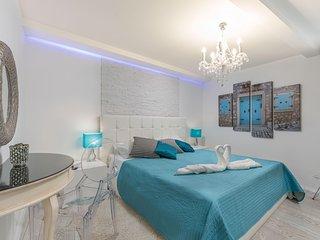 NEW! Modern Casa Blankica