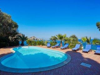 Villa Acquamarina with pool and private access to the sea