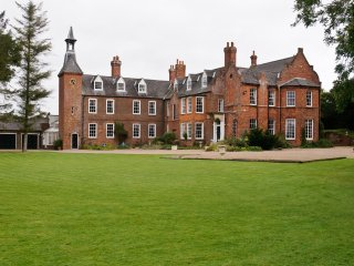 TEULONS HALL, 18th century, listed with hot tub and sauna Spilsby