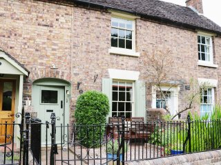 13 SEVERNSIDE, views of River Severn, wooden beams on ceilings, Smart TV and