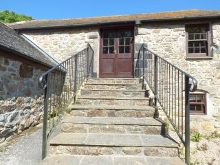 THE GRANARY, barn conversion, games room, near Marazion, Ref 955756