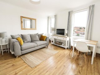 MARINA VIEW, harbour views, well-furnished, Whitby, ref 941000
