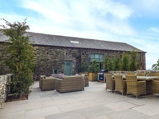 YEW COTTAGE, barn conversion, private garden, woodburner, WiFi, hot tub, nr Newb