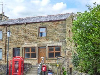 THE OLD POST OFFICE, romantic, luxurious, spacious cottage with parking, near