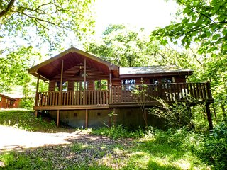 ACORN LODGE, detached log cabin, single-storey, sauna, whirlpool bath, veranda,