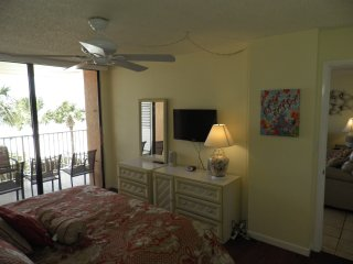 Fabulous Condo - End Unit, Huge Balcony Overlooking Beach (Dog Friendly)