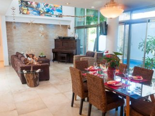RELAXED LUXURY HOUSE/ FRESH POOL/ JACUZZI/ 4 BEDROOMS SLEEPS 8/ GREAT LOCATION