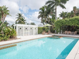 LUXURY RENTALS~ Old Naples Captain's Cottage~Walk to beach and 3rd St. Shops!