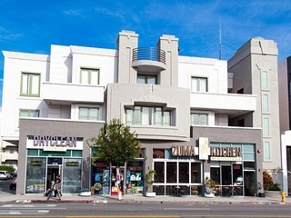 200 Luxury 1 Bedroom Near UCLA Restaurants shops Grocery buses on Westwood Blvd.