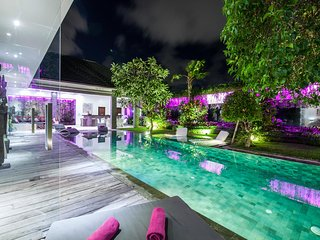 Seminyak luxurious 3 bd villa with view on rice field up to 8 people
