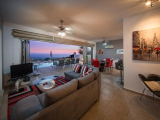 Strikingly Modern 4 Bedroom Villa with Amazing Views