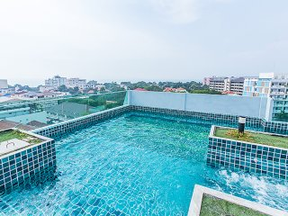 Rooftop pool with sea view close to walking street Pattaya!