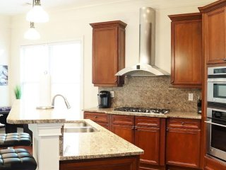 Midtown 4Bed 2.5Bath Home Sleeps 8/Parking