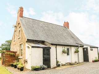 ROSE VILLA, traditional cottage, hot tub, beautiful views, near Narberth, Ref