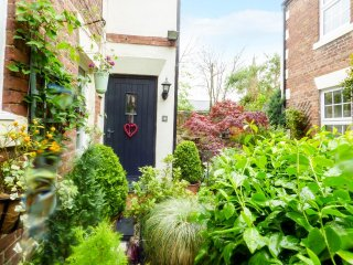 4 WHEATSHEAF YARD, pet friendly, private courtyard, central location, Morpeth, R