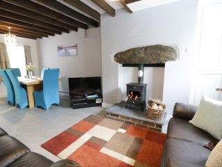 MINFFORDD, traditional wooden beams, woodburning stove, centre of Bala, Ref