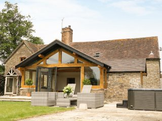 THE OLD FARMHOUSE, en-suite bedroom, hot tub in garden, traditional features, Re