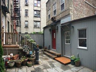 6BR/5BA Romantic Carriage House & Courtyard