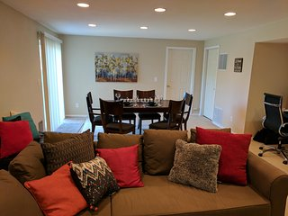 Northside Luxury- Upscale, Private and Spacious Flat