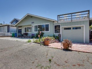 Comfy oceanside home w/ views & yard - walk to beach & bring the dogs!