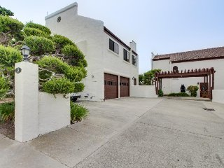 Classic stucco condo by the sea - ocean views, walk to everything!