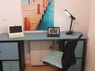 Espacio para el trabajo y los dispositivos digitales.