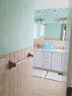 MBA bright + tropical 4 pc. w dbl. sinks/ drawers/storage (new white painted cabinets + knobs NIP)!