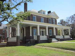 Beach front historic Dryden House, Chesapeake Bay views w/2 King Master Bedrooms